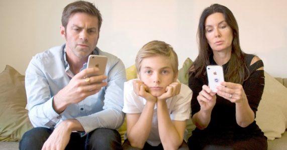 Norsk psykolog: «Foreldre må skru av telefonen, skru på hjernen og ta foreldrerollen på alvor!»