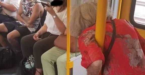 Den gamle kvinnen klamrer seg inn på toget. Det som skjer da får nettet til å KOKE